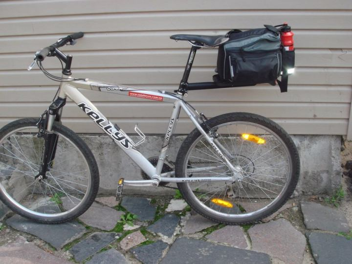 Bicicleta com bagageiro de canote de selim.